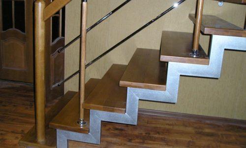Лестница на второй этаж ступенчатый косоур
