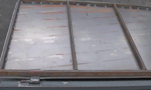 Лист метала прихватить на створке