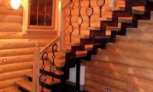Лестница на второй этаж на ломаном косоуре