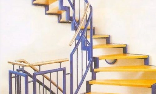 Лестница на ломанном косоуре с забежными ступенями..