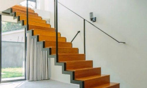 Лестница с применением перемычки под ступень