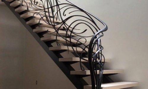 Каркас лестницы под обшивку и открытый смотрится очень стильно