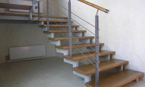 Лестница на второй этаж на ступенчатом косоуре.,