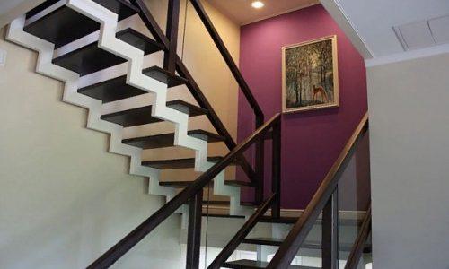 Лестница в дизайне дачного дома..
