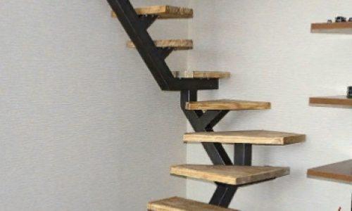 Лестница на монокосоуре дачная