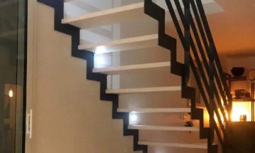 Лестница открытого типа на ступенчатом косоуре.