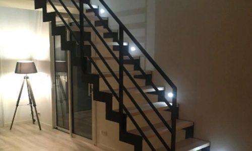Лестница открытого типа на ступенчатом косоуре..